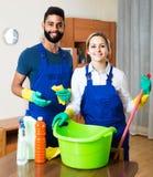 在一致的清洁的专业夫妇在国内内部 库存图片