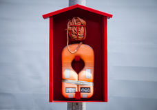 在一间红色客舱的橙色lifevest救生带 库存图片