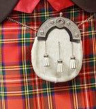 在一件红色苏格兰男用短裙的毛皮袋 库存照片