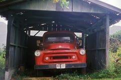 在一间老车棚下的一辆红色卡车在夏威夷 库存照片
