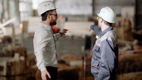 在一件防护盔甲的建造者显示商人工作的范围不久的将来的,人握手和 股票录像
