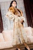 在一件长的皮大衣的典雅的模型 免版税库存图片