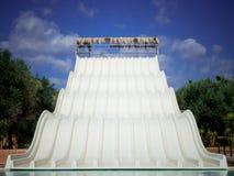 在一acquapark的一张浪端的白色泡沫幻灯片在意大利的南部 库存图片