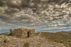 在一bergerie的黑暗的云彩在可西嘉岛的Balagne地区 库存图片