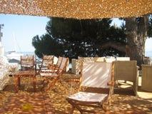 在一caffe的太阳树荫在海滩 免版税库存图片