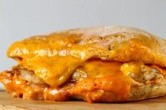 在一ciabatta的鲜美鸡牛排三明治用切达干酪 免版税库存图片