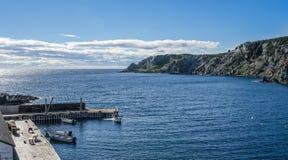 在一cliffside dockhouse的小船在Twillingate,纽芬兰 库存图片