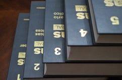在一enciclopedia的金黄数字从一个到五 库存图片