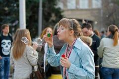 在一flashmob的少妇吹的肥皂泡画象在伏尔加格勒 免版税图库摄影