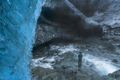 在一icecave前面的一个旅行家在Vatnajokul国家公园 库存照片