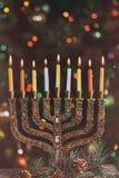 在一menorah的燃烧的光明节蜡烛在从menorah的五颜六色的蜡烛