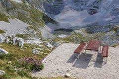 在七个湖谷,斯洛文尼亚的长凳 秋天 库存照片