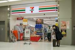 在七十一的未认出的购物在成田空港 库存图片