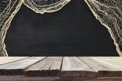 在万圣夜假日背景前面的空的土气桌 为产品显示蒙太奇准备 库存照片