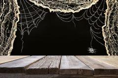 在万圣夜假日背景前面的空的土气桌 为产品显示蒙太奇准备 图库摄影