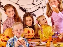在万圣夜党的家庭与孩子 免版税库存图片