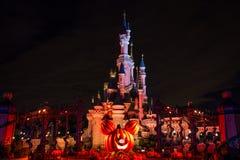 在万圣夜庆祝期间的迪斯尼乐园巴黎城堡在晚上 免版税库存图片