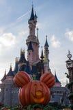 在万圣夜庆祝期间的迪斯尼乐园巴黎城堡 库存照片