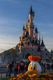 在万圣夜庆祝期间的迪斯尼乐园巴黎城堡 免版税库存图片