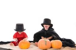 在万圣夜服装的两个孩子 免版税库存照片