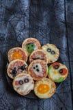 在万圣夜装饰的微型薄饼 库存照片