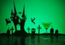 在万圣夜设置的绿色马蒂尼鸡尾酒 免版税图库摄影