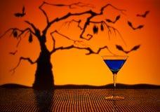 在万圣夜设置的钴马蒂尼鸡尾酒 免版税库存图片