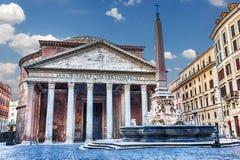 在万神殿和喷泉的看法在广场della Rotonda 免版税库存图片