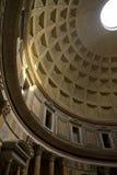 在万神殿罗马视图里面 免版税库存图片
