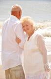 在丈夫的肩膀的微笑的资深妇女休息的头 免版税库存图片