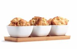 在三个空白碗的新近地被烘烤的苹果曲奇饼 库存图片