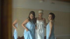 在三个迷人的夫人镜子的反射  美妙的新娘和她的两个女傧相庆祝婚姻 股票视频