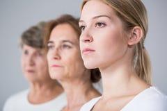 在三名妇女之间的家庭关系 免版税库存图片