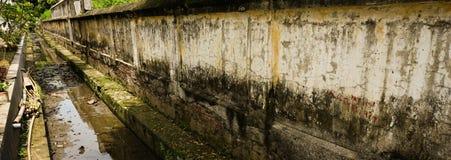 在三宝垄拍的长的生苔墙壁照片印度尼西亚 库存图片