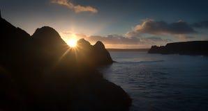 在三峭壁海湾的日落 库存照片