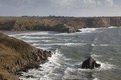 在三峭壁海湾的碎波 库存图片