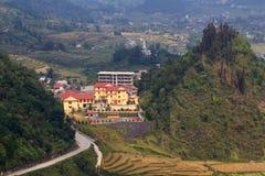 在三座山,权国Ba,河江市,越南之间的大厦 免版税图库摄影