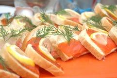 在三文鱼片式上添面包 库存图片