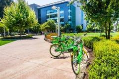 在三星校园里撒石灰自行车停放在LimeHub 免版税库存图片
