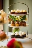在三有排列的盛肉盘的杯形蛋糕 免版税库存图片