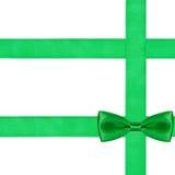 在三条丝绸丝带的一个大绿色弓结 库存图片