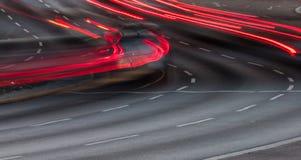 在三线道的路的红色尾灯 免版税库存照片