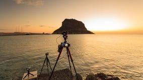 在三脚架和莫奈姆瓦夏海岛日出的照相机 库存照片