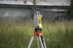 在三脚架的测量设备 库存照片