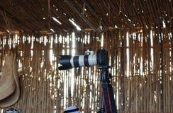 在三脚架的照相机在一个文化房子里 库存照片