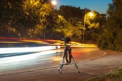 在三脚架的照相机在晚上 免版税库存照片