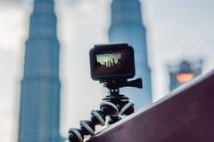 在三脚架的行动照相机记录a定期流逝的录影  免版税库存照片