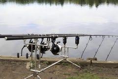 在三脚架的钓鱼竿 免版税库存照片