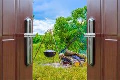 在三脚架的门户开放主义的水壶 免版税库存照片