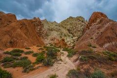 在三角叶杨山谷路Uta附近的多彩多姿的岩层 库存照片